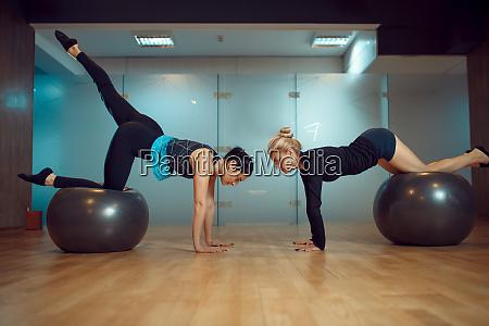 zwei maedchen pilates training mit baellen