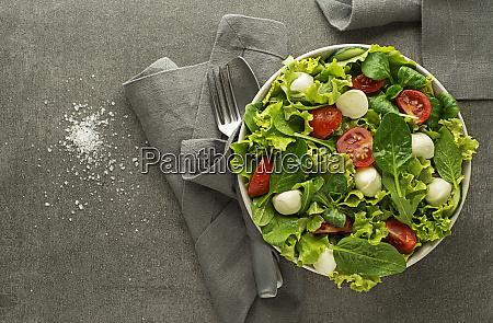 gesunder gruener salat mit tomaten und