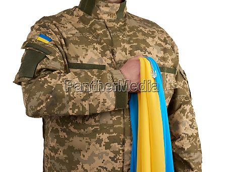ukrainischer mann krieger in einer militaerischen