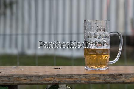 bier auf einer bierbank