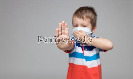 kleinkind, trägt, eine, atemmaske, als, vorbeugung - 28188308