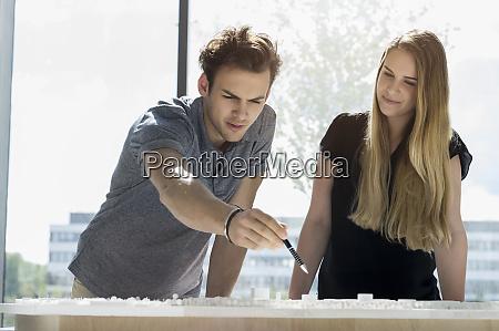 zwei junge architekten stehen an einem