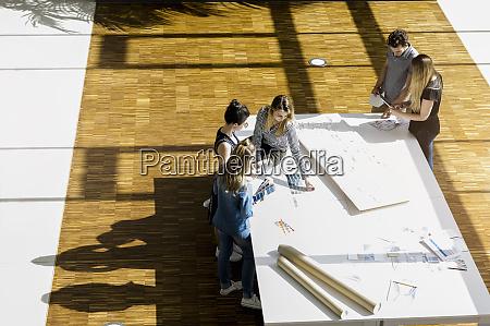 hochwinkelansicht der gruppe junger architekten die