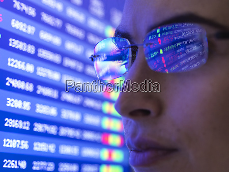 weibliche analystin die finanzmarktdaten auf einem