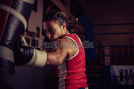 weibliche boxerin traegt rotes top training