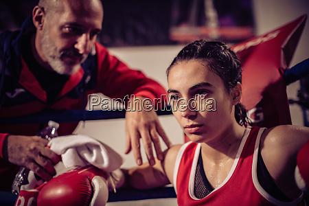 portraet von boxtrainer und boxerin im