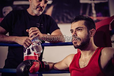 portraet des boxtrainers und maennlichen boxers