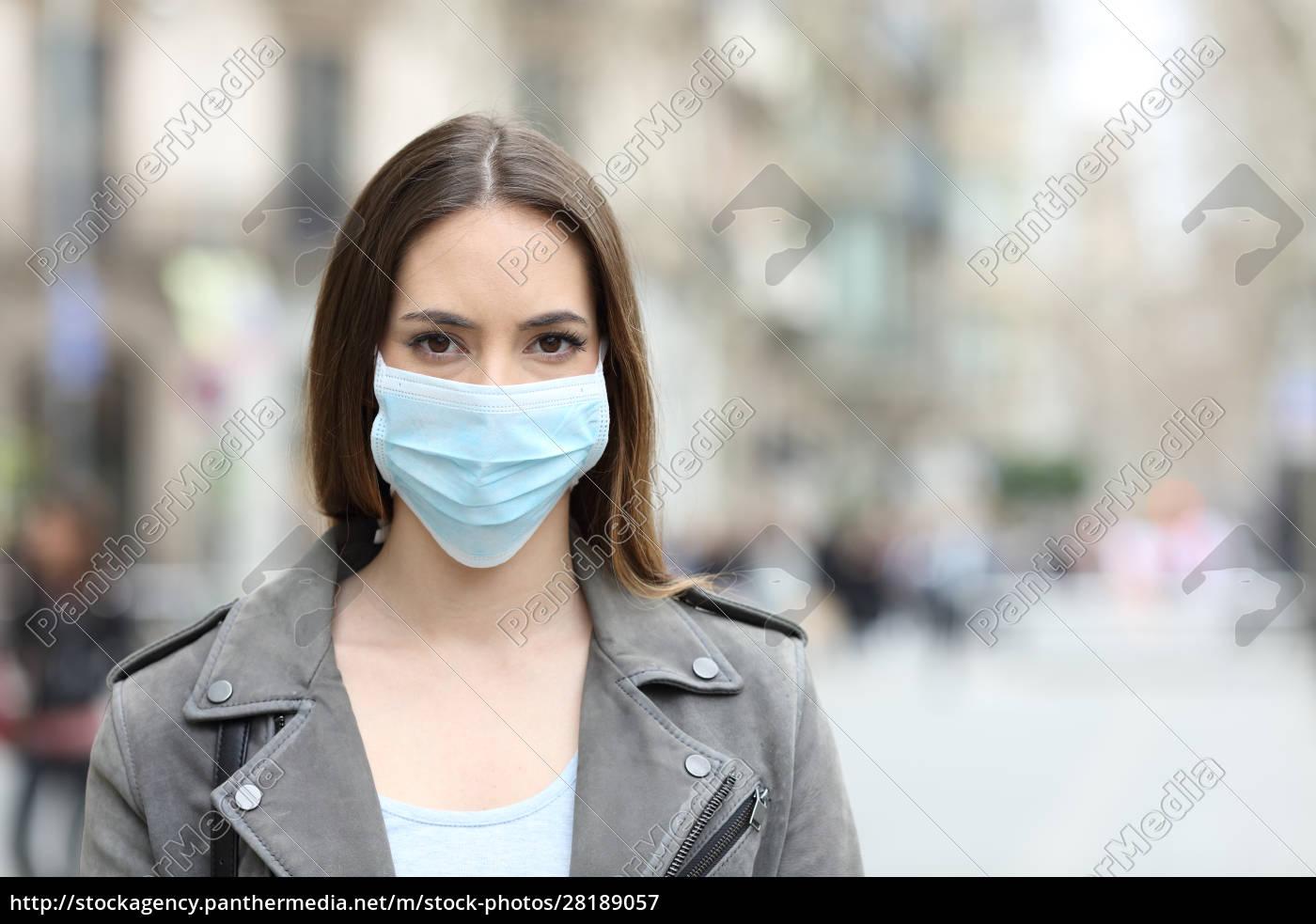 frau, mit, schutzmaske, mit, blick, auf - 28189057