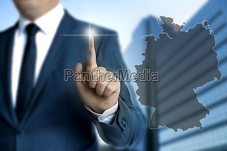 deutschland karten touchscreen wird von geschaeftsleuten