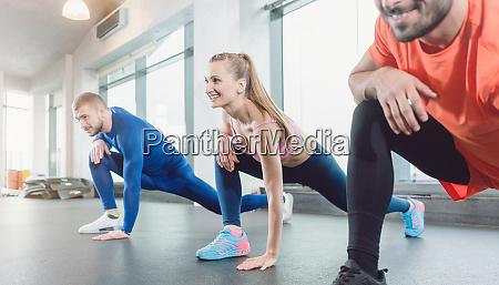 gruppe von menschen in fitness studio