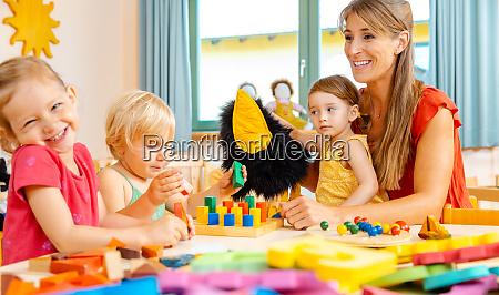 kindergartenfrau mit kindern