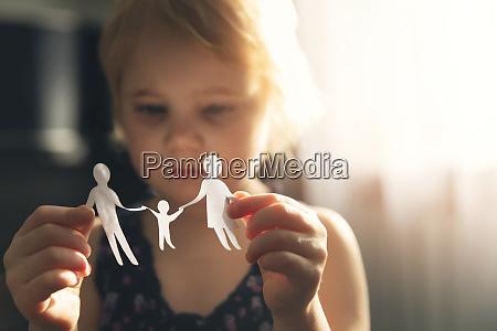 kleines maedchen mit papier familie in