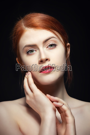 portraet einer schoenheit mit roten haaren