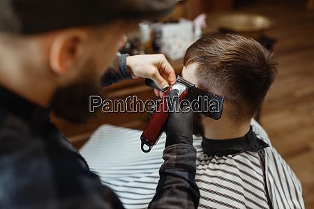 barbier in hut schneidet die haare
