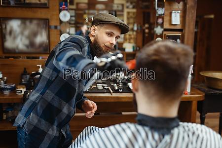 barbier macht einen haarschnitt zu kunden