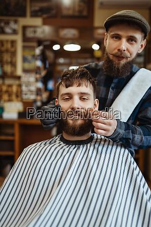 friseur und kunde mit schnurrbart barbershop