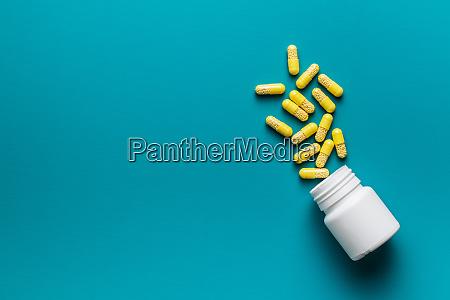vitaminkapseln vitamin c pillen und pillenflasche