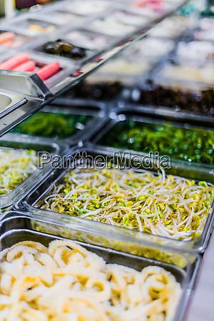 traditionelle asiatische gerichte in einem food