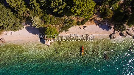 luftaufnahme von kajakfahrern in strandnaehe in