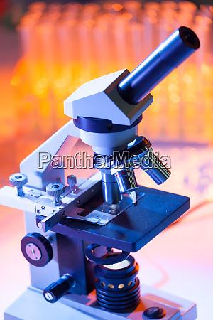 nahaufnahme von mikroskoplinsen die sich auf