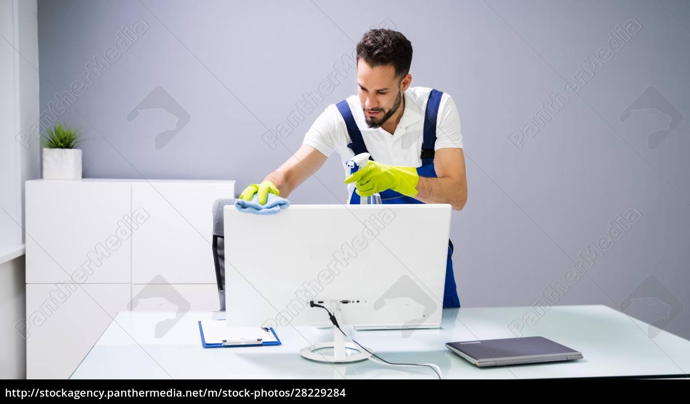 männlicher, janitor, reinigungscomputer, im, büro - 28229284