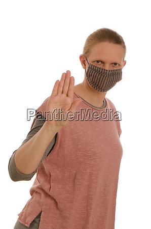 frau mit mundschutz und maske