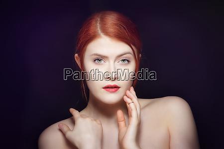 portraet einer jungen schoenheit mit roten