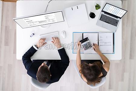 zwei geschaeftsleute die finanzarbeit leisten