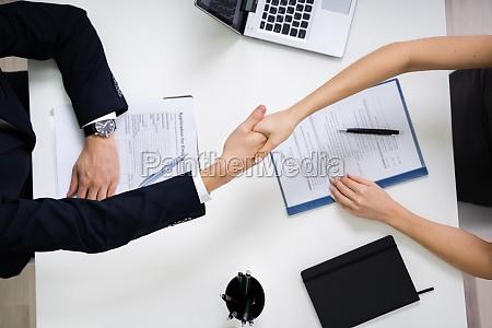 zwei geschaeftsleute schuetteln die hand