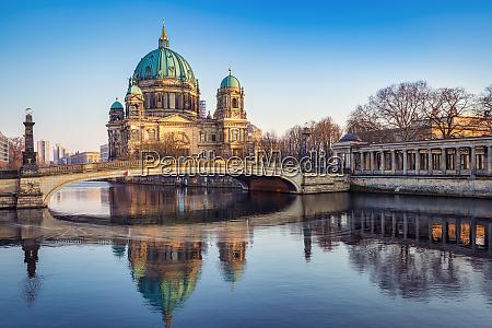 die beruehmte berliner kathedrale bei sonnenuntergang