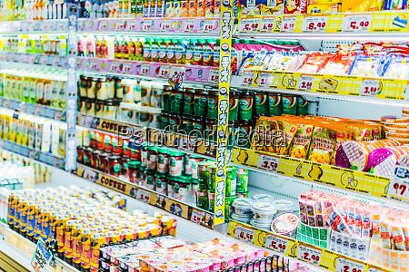 lebensmittel die in einem kommerziellen kuehlschrank
