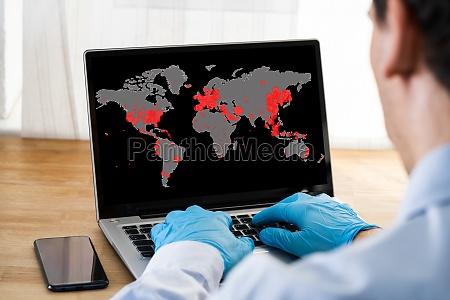 UEberpruefen coronavirus infektion karte auf laptop