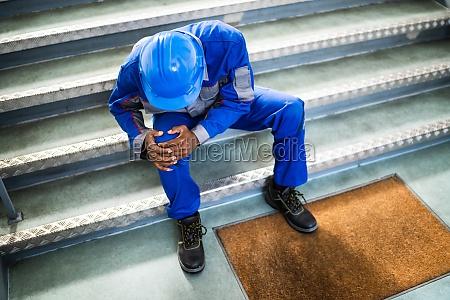 handyman sitzt auf treppe