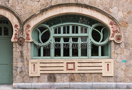 jugendstilfenster in der altstadt von bilbao