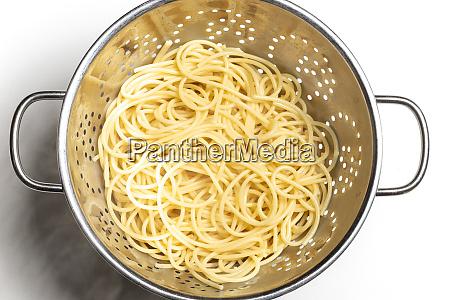 spaghetti pasta in einem kolander