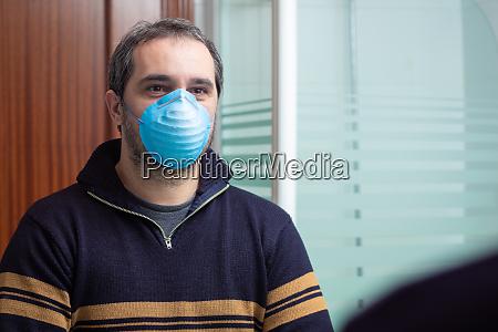 besorgter mann mit medizinischer maske die