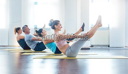 frauen und maenner mit einem yoga