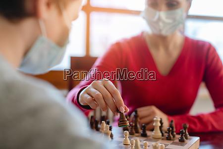 familie spielt brettspiele waehrend der ausgangssperre