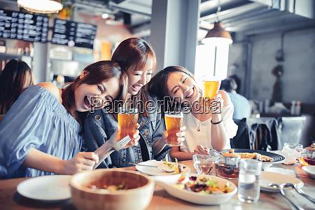 glueckliche junge frau sitzt im restaurant