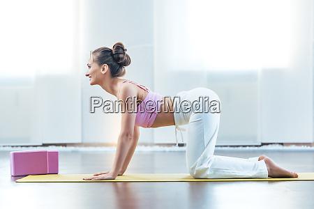 frau die die kuh yoga pose