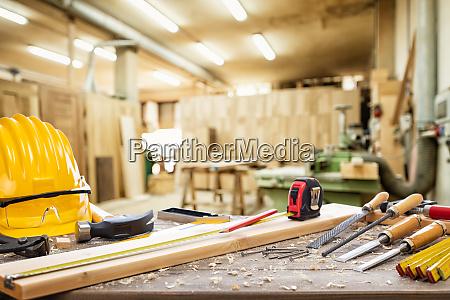 tischlerwerkzeuge auf der werkbank