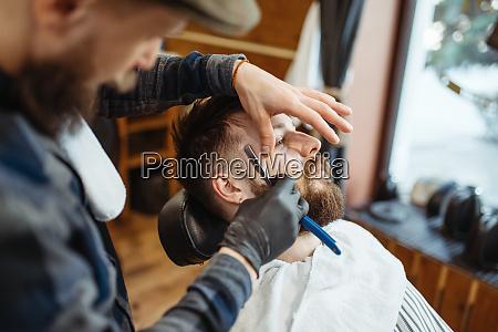 barbier mit rasiermesser old school bart