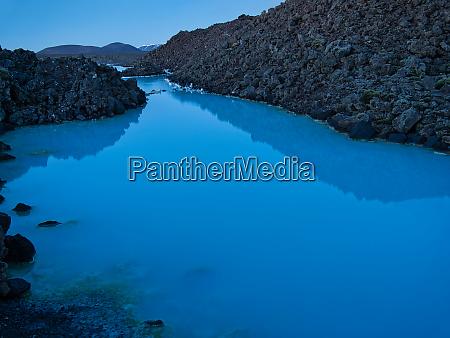 lavagestein und thermalwasser an der blauen