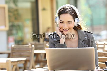 glueckliches maedchen das video auf laptop