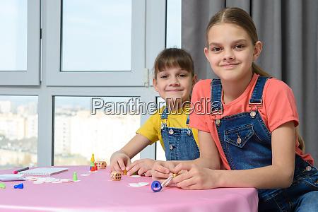 zwei freundinnen spielen brettspiele fuer kinder