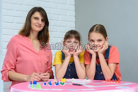 junge familie spielt brettspiele und schaute