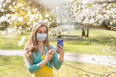 frau macht ein selfie mit ihrem