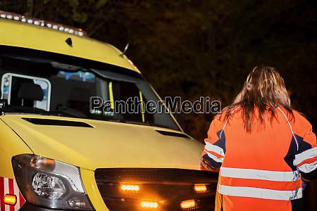 nachtszene eines nicht erkennbaren sanitaeters krankenwagen