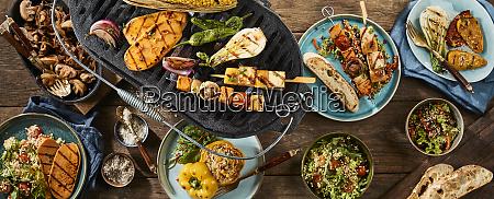vegetarische grillgerichte auf holztisch