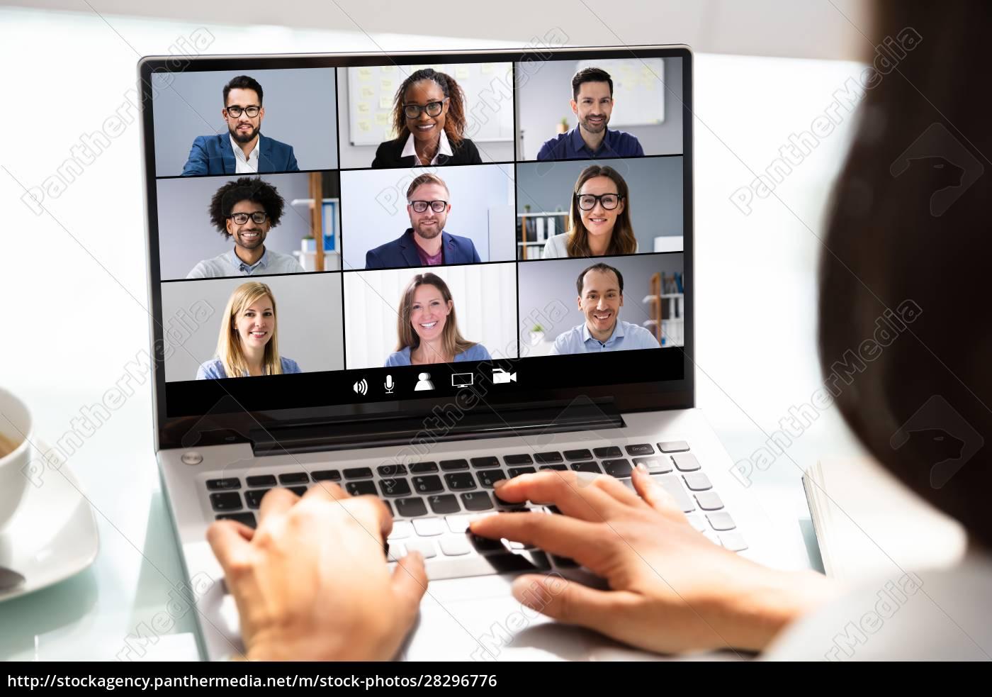 geschäftsfrau, arbeiten, mit, tabellenkalkulation, auf, laptop - 28296776